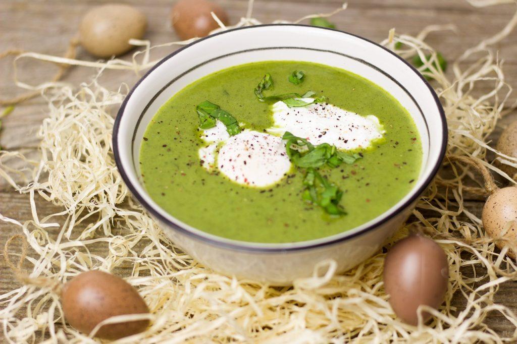 brokolicová polévka s vejcem